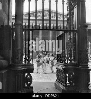 Drei junge Frauen gehen in Richtung der Ausfahrt Gateway des British Museum, Camden, London, c1946-c1959. Künstler: - Stockfoto