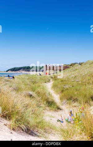 Newborough Strand - Familien Blick über Meer vom Gehweg - Stockfoto