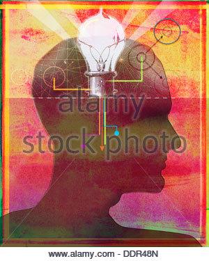 Glühbirne und Verbindungen im Kopf des Mannes - Stockfoto