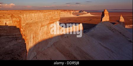 Die Daumen-Bildung am Plateau Ustjurt in Kasachstan am Sonnenuntergang. - Stockfoto