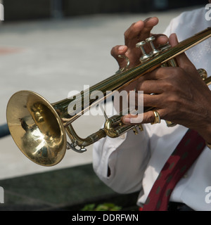Mitte Schnittansicht eines Mannes spielen einer Trompete, Chicago, Cook County, Illinois, USA - Stockfoto