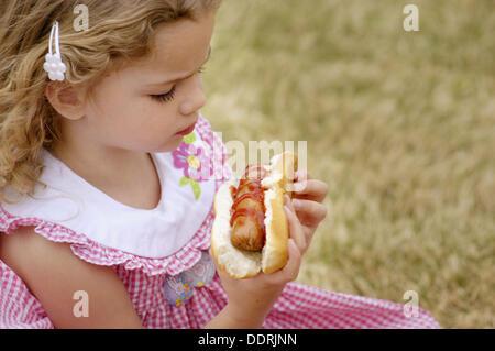 4 Jährige Essen Hot Dog Event In Privatclub Park Stockfoto Bild