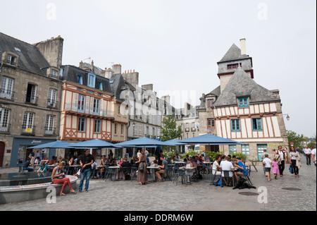 Halbe Fachwerkhaus Altbauten in Quimper Bretagne Frankreich mit Café Tische draußen auf dem Platz - Stockfoto