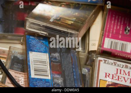 Sammlung von alten Tonbandkassetten in einem Charity-shop - Stockfoto