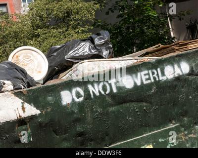 Müllcontainer gefüllt mit Müll und Schutt, NYC, USA - Stockfoto