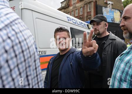London, UK. 7. September 2013. EDL Führer, Stephen Yaxley-Lennon aka Tommy Robinson ist entfernt zu begleitet einen - Stockfoto