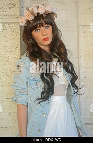 Porträt von Blogger Rachel Iwanyszyn trägt im Haar auf der Fashion Week im Lincoln Center in New York City Blumen - Stockfoto