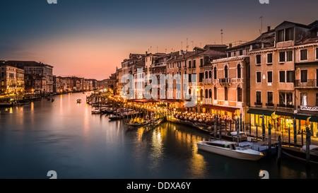 Blick auf den Canal Grande in der Abenddämmerung von der Rialto-Brücke, Venedig, Italien - Stockfoto