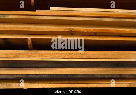 Verschiedene Bretter Holz gestapelt in Regalen in einem Workshop Holzbearbeitung. Das Holz ist Eiche in verschiedenen - Stockfoto