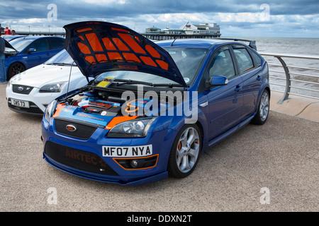 Blauen Ford Focus St-RS mit unter Motorhaube verkleiden sich Kit auf Blackpool Promenade, UK_Blackpool Ford Tag - Stockfoto