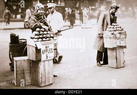 Arbeitslose New Yorker verkaufen Äpfel auf dem Bürgersteig, Weltwirtschaftskrise, New York, USA, 1930. Künstler: - Stockfoto