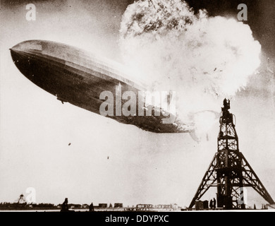 """Das deutsche Luftschiff """"Hindenburg"""" explodiert, Lakehurst, New Jersey, USA, 6. Mai 1937. Künstler: unbekannt - Stockfoto"""