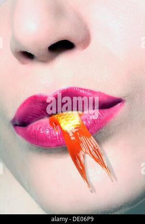 Ende ein Goldfisch aus dem Mund einer Frau hängen - Stockfoto