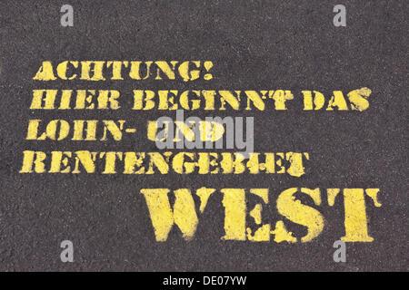 """Besprüht Worte ' Achtung! Hier Beginnt Das Lohn-Und Rentengebiet West """"oder"""" Warnung! Hier beginnt die Lohn- und - Stockfoto"""