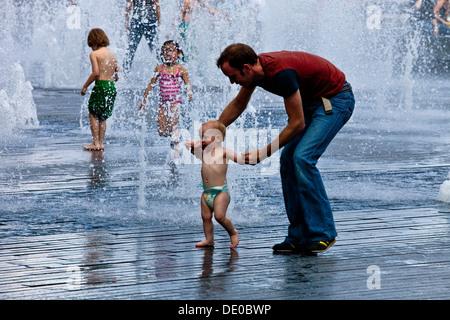 Kinder spielen In den Brunnen in der Nähe von The Tower of London, London, England - Stockfoto
