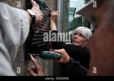 Connie Kerth, Bundesvorsitzender der Vereinigung der Opfer nationalsozialistischer Verfolgung, setzen eine Gedenktafel - Stockfoto