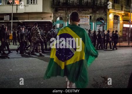 Militärpolizei Bataillon zu schockieren, nimmt Straßen von Lapa in Rio De Janeiro auf der Suche nach Demonstrant - Stockfoto