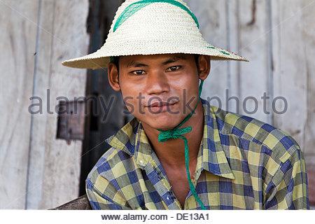 Junger Mann mit Hut Reis - Stockfoto