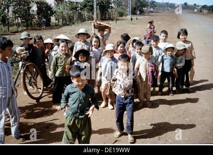 Vietnam Krieg 1957 - 1975, Vietnamesisch Kinder, Süd-Vietnam, 1965, Zivilisten, Straße, Straßen, Südostasien, Südostasien, - Stockfoto