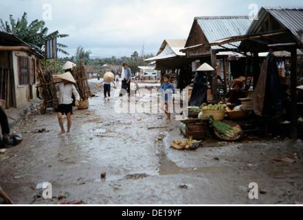 Vietnam war 1957 - 1975, Vietnamesisches Dorf nach einem Regen, Südvietnam, 1965, Zivilbevölkerung, Häuser, Hütte, - Stockfoto
