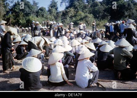 Vietnam war 1957 - 1975, Vietnamesische Bauern bei einem Treffen, Südvietnam, 1965, Zivilbevölkerung, Kleidung, - Stockfoto