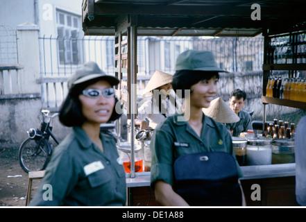 Vietnam war 1957 - 1975, Vietnamesische Militärangehörige des Frauenkorps der Armee der Republik Vietnam an einem - Stockfoto
