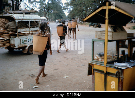Vietnam war 1957 - 1975, Vietnamesisch auf einer Straße, Südvietnam, 1965, Zivilbevölkerung, Fahrradtaschen, Transport, - Stockfoto