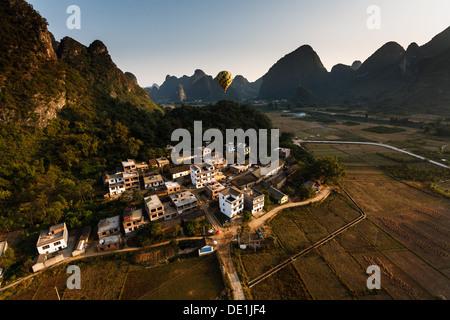 Luftaufnahme des Yangshuo china Landschaft aus einem Heißluftballon - Stockfoto