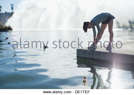 Frau, dehnen noch See - Stockfoto