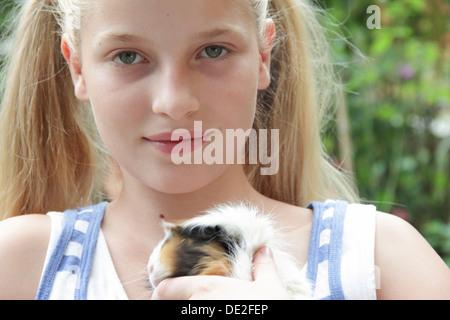 Mädchen hält ein Meerschweinchen - Stockfoto