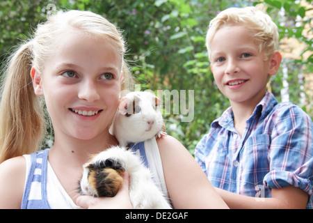 Mädchen und jungen Meerschweinchen halten - Stockfoto