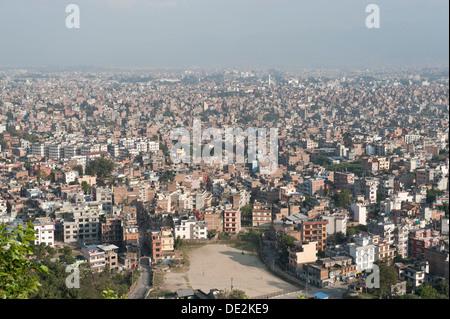Viele Häuser, Blick vom Swayambhunath Tempel auf den Dächern der Hauptstadt Kathmandu, Kathmandu-Tal, Nepal, Asien