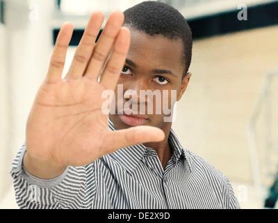 Junger Mann, Afro-Amerikaner, amerikanisch, hob seine Hand um jemand, unnahbar, Entfernung - Stockfoto
