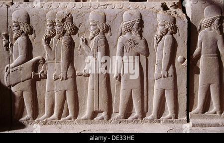 Ein Detail aus einem Relief auf der Treppe zu den Tripylon in Persepolis, Darstellung der Prozession der Meder und - Stockfoto