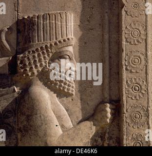 Ein Detail des Reliefs auf der Treppe zu den Tripylon bei Persepolis, Darstellung einer persischen schnitzen. - Stockfoto