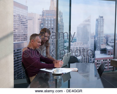 paar mit laptop sitzt auf bett blick in die kamera zu hause im schlafzimmer stockfoto bild. Black Bedroom Furniture Sets. Home Design Ideas