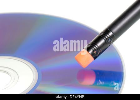 Radiergummi auf Daten-CD, symbolisches Bild für das Löschen von Daten - Stockfoto