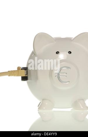 Sparschwein mit Euro-Symbol auf der Nase und LAN-Kabel, symbolisches Bild für online-banking - Stockfoto