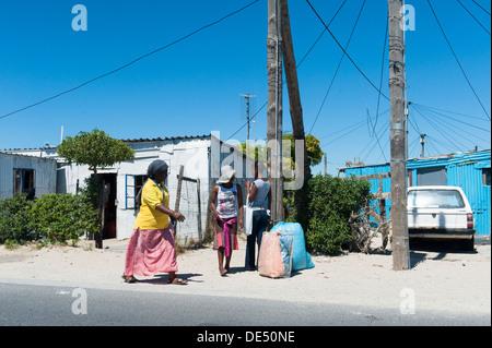 Fußgänger in Khayelitsha, einem teilweise informellen Township in Kapstadt, Westkap, Südafrika - Stockfoto