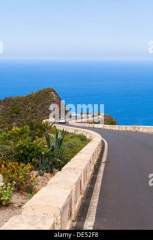 Kurvenreiche Bergstrasse in das Anaga-Gebirge in der Nähe der Ortschaft Taganana, Azano, Almáciga, Teneriffa, Kanarische - Stockfoto