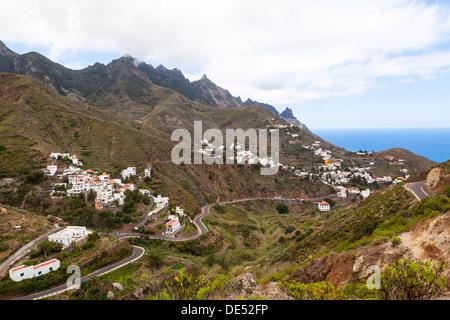 Anaga-Gebirge mit der Ortschaft Taganana hinten, Azano, Taganana, Teneriffa, Kanarische Inseln, Spanien - Stockfoto