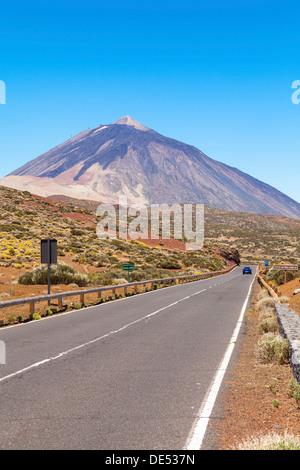 Straße im Parque Nacional de Las Cañadas del Teide, Teide-Nationalpark, UNESCO Weltnaturerbe, mit den Teide - Stockfoto