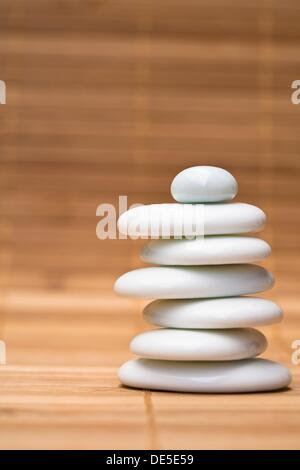 Stapel von ausgewogenen weißen Kieselsteinen - Stockfoto