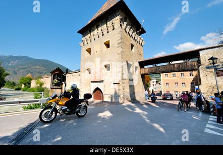 Das südliche Tor in der mittelalterlichen Mauern umgebene Stadt der Stadt Glurns in Val Venosta, Italienische Alpen. - Stockfoto