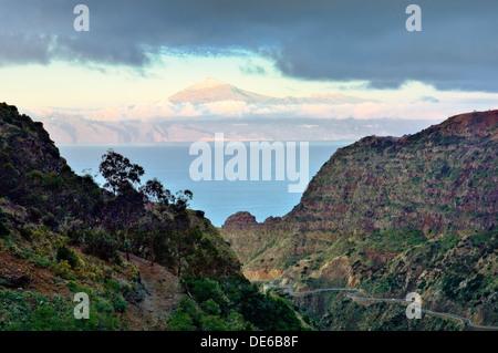 Osten über den Barranco de Las Rosas, La Gomera, Kanarische Inseln, sonnigen Insel Teneriffa und schneebedeckten - Stockfoto