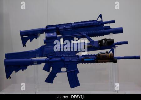 London, UK. 12. September 2013. Verschiedene Waffen sind auf dem Display an der Verteidigung und Sicherheit Ausrüstung - Stockfoto