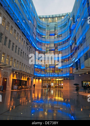 Beleuchtete Blick auf BBC Broadcasting House East Wing, Langham Place, City of Westminster, London, England, Vereinigtes - Stockfoto
