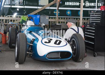 Eine blaue und weiße Skarabäus-Offenhouser Einzelsitz Sport / Rennwagen gearbeitet im Fahrerlager am berühmten Goodwood - Stockfoto