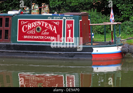 Bridgewater Canal barge in rot & grün, Grappenhall, Cheshire, England, UK - Stockfoto