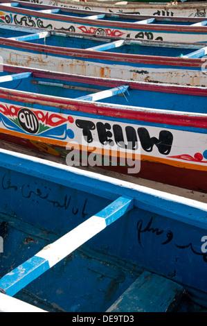 Bunt bemalte Designs auf gambischen Fischerboote Tanji, Gambia, Westafrika - Stockfoto